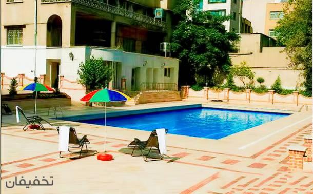 استخر روباز هتل انقلاب پارسیان