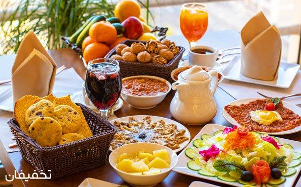 بوفه مجلل صبحانه در رستوران تهران بین با چشماندازی هیجانانگیز از تهران و موسیقی زنده با ۳۰% تخفیف